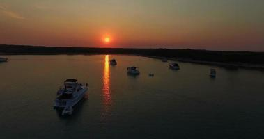Vista aerea di yacht nella baia di Slatinica al tramonto, Croazia