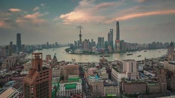 China atardecer crepúsculo paisaje urbano de shanghai famosa bahía techo superior panorama 4k lapso de tiempo