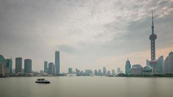 Cina piovoso tramonto cielo shanghai città fiume baia panorama 4K lasso di tempo