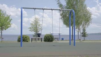 balanço no playground dia ensolarado de verão