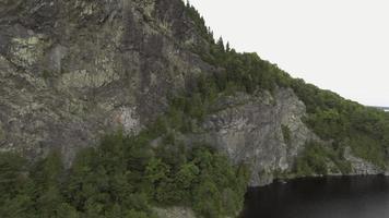 Découverte aérienne du lac Moosehead derrière le mont Kineo