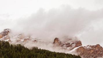 montañas nevadas y nubes en otoño. video