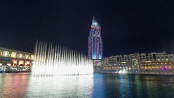 notte iilumination dubai hotel di fama mondiale fontana spettacolo 4k lasso di tempo emirati arabi uniti