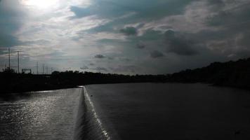 timelapse del cielo, las nubes y el río