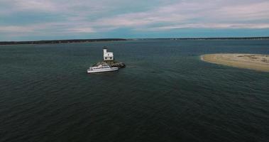 Farol de Long Beach com barco acelerado panorâmica da água video
