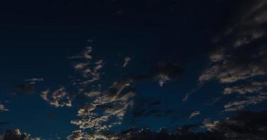 las nubes de la mañana vuelan por encima