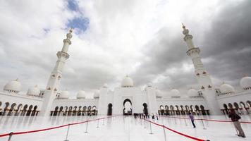 dia nublado abu dhabi mundialmente famosa mesquita dentro do hall 4k time lapse emirados árabes unidos