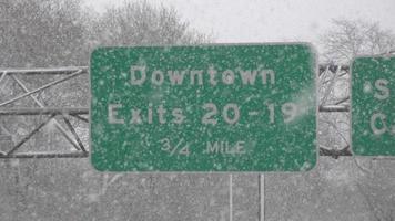 panneau de signalisation pendant la tempête de neige