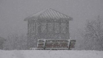 banco de parque durante tempestade de neve video