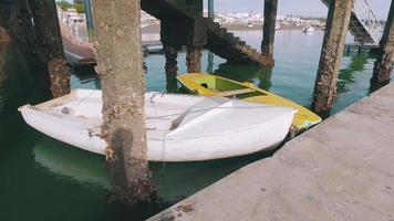 piccole imbarcazioni ormeggiate sul molo