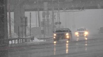tráfego sob a ponte durante tempestade de neve video