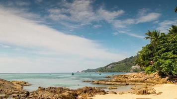 Panorama de la famosa playa de la isla de phuket de día soleado de Tailandia 4k lapso de tiempo