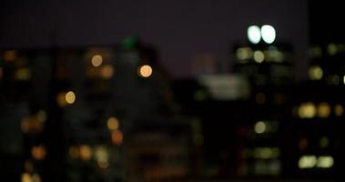 vista defocused delle luci della città di notte