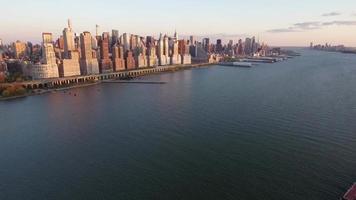 foto aérea de nyc, foto de voo para trás da parte superior oeste com o rebocador vermelho