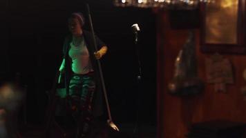 scrubwoman con mocio e secchio accendere la musica in un club vuoto al bancone del bar