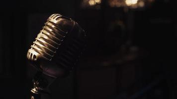 il microfono da concerto resta sul palco sotto i riflettori. scrubwoman pieno sul bancone del bar