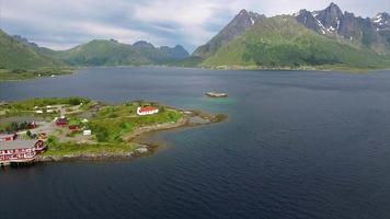 igreja sildpollness nas ilhas lofoten, vista aérea video