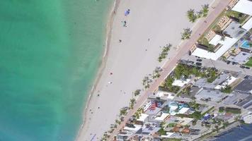 video sulla spiaggia aerea capovolta