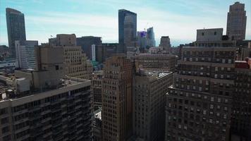 aérea de nyc lenta voar para trás entre edifícios