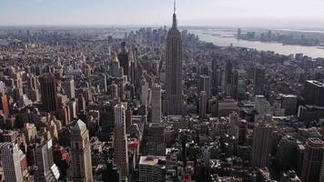 nyc aérea com zoom lento para trás, imagem do Empire State Building video