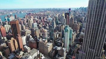 aérea do centro de nyc do empire state building com outros edifícios nos fundos video