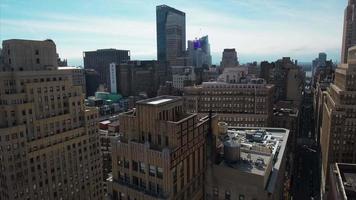 vista aérea de nyc voando para trás