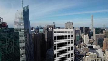 leve ascensão aérea do centro de nyc com 432 park ave ao fundo video