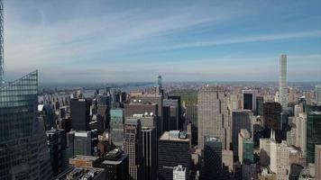 Midtown Aerial nyc voando para leste com 432 park ao fundo video