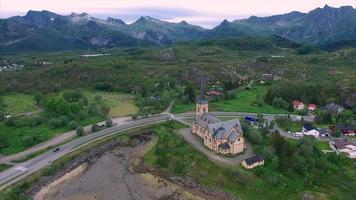 Vue aérienne de l'église de Vagan sur les îles Lofoten en Norvège video