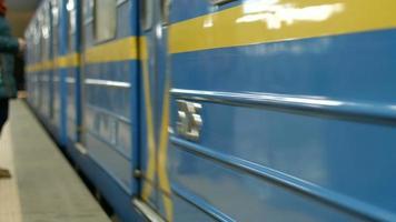 i vagoni della metropolitana arrivano alla stazione.