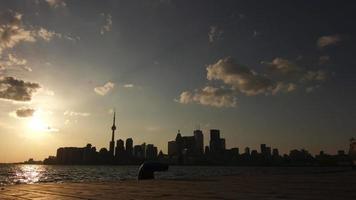 Paisaje urbano de Toronto visto desde un muelle al atardecer: lapso de tiempo