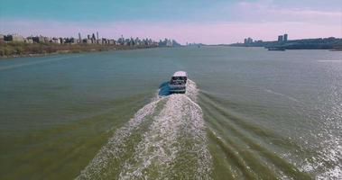 colpo fermo poi lenta scia del traghetto sul fiume Hudson a New York
