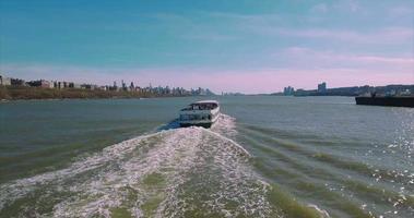 seguendo il traghetto in direzione nord sul fiume Hudson