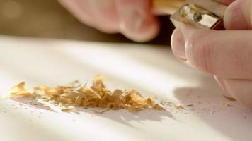 homem afiando lápis de grafite video