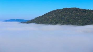 4k Zeitraffer von Nebel am Morgen mit Berg bei Khao Kho, Phetchabun, Thailand video