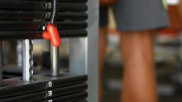 levantando los pesos pesados en el gimnasio. video
