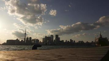 Paisaje urbano de Toronto visto desde un muelle durante la noche: lapso de tiempo