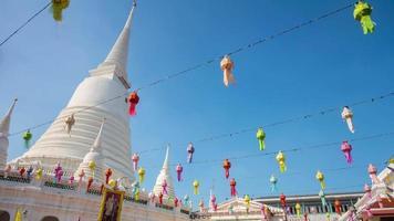 dia ensolarado na tailândia principal pagode wat prayoon templo 4k time lapse bangkok video