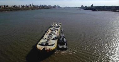 volare all'indietro sopra la petroliera accanto al rimorchiatore sul fiume Hudson