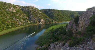 vista aérea de um barco a motor em alta velocidade no rio Zrmanja, Croácia