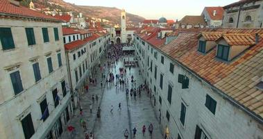 Vista aérea de turistas caminando sobre stradun al atardecer video