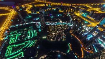 illuminazione notturna dubai mondo edificio più alto fontana vista 4k lasso di tempo Emirati Arabi Uniti