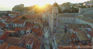vista aérea de turistas caminhando na rua ao pôr do sol video