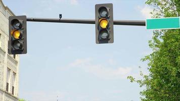 semáforo muda de cor na rua com placa em branco video