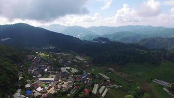 cidade aérea de chiang mai na tailândia em direção às montanhas