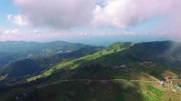 Tailandia chiang mai vista aérea de sombras en las montañas formadas por nubes video