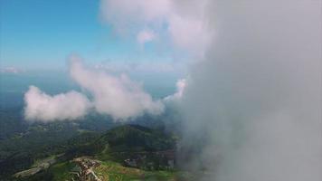 thailand chiang mai die door stapelwolken vliegen die bergachtig terrein bekijken