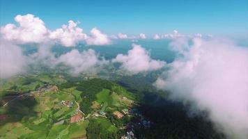 thailand chiang mai luchtfoto vliegen over wolken