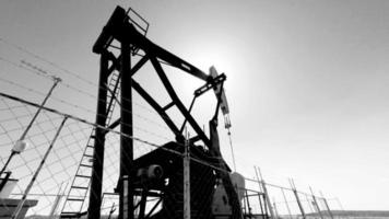 bomba de poço de petróleo preto e branco 4k