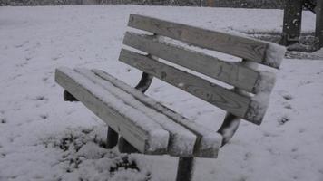 banc de parc pendant la tempête de neige